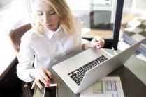 Mujer de negocios utilizando el teléfono celular - foto de stock