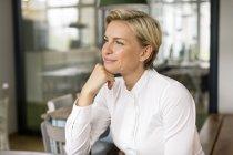 Портрет впевнено блондин жінка дивиться вбік — стокове фото