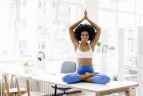 Femme pratiquant le yoga — Photo de stock