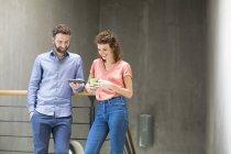 Homem e mulher com telefone e café — Fotografia de Stock