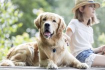 Menina com pesca de cão — Fotografia de Stock
