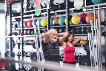 Homem e mulher exercitando com bolas de medicina — Fotografia de Stock