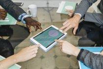 Geschäftsleute, die mit einem Treffen im Büro — Stockfoto