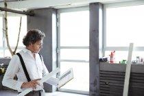 Architecte avec carnet de croquis et plan de construction — Photo de stock