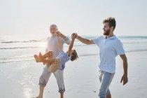 Nonno con padre e figlio sulla spiaggia — Foto stock