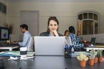 Mulher de negócios usando laptop — Fotografia de Stock