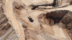 Песок шахты с грейдер перемещение песка — стоковое фото