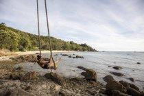 Tailandia, Surat Thani, Ko Pha Ngan, mujer en columpio en la playa del secreto - foto de stock