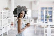 Mujer que usa tableta digital - foto de stock