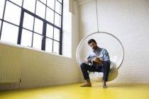 Junger Mann spielt Gitarre — Stockfoto