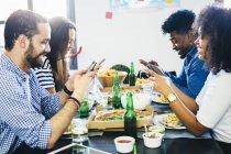 Amigos usando telefones celulares — Fotografia de Stock