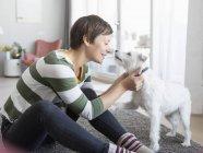 Frau kuschelt mit Hund — Stockfoto