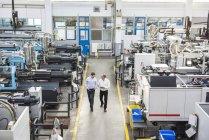 Männer mit Tablet Wandern in Fabrik — Stockfoto