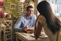 Молодая пара, обедают в ресторане — стоковое фото