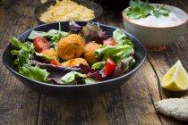Schüssel mit gemischtem Salat — Stockfoto