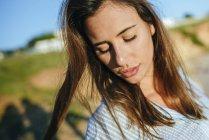 Femme avec les yeux fermés à la lumière du soleil — Photo de stock
