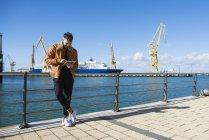 Uomo al porto con tablet digitale — Foto stock