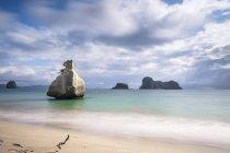 Nuova Zelanda, roccia penisola di Coromandel, Cathedral Cove, nel mare — Foto stock