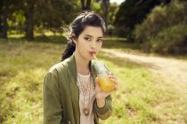 Жінка питної Сік в природі — стокове фото