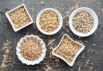 Diferentes granos en tazones - foto de stock
