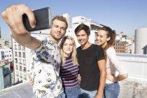 Pessoas que tomam selfie no terraço — Fotografia de Stock