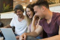 Amigos mirando portátil - foto de stock