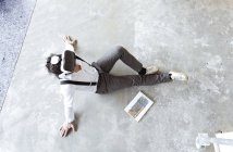 Людина за допомогою віртуальної реальності окуляри — стокове фото