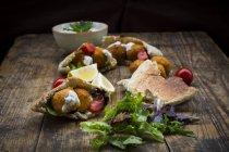 Salat, Tomaten und Joghurtsoße — Stockfoto