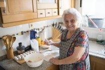 Seniorin bereitet Fleischbällchen zu — Stockfoto