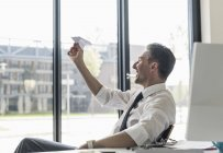 Homme d'affaires assis au bureau — Photo de stock
