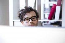 Homem olhando para a tela do computador — Fotografia de Stock