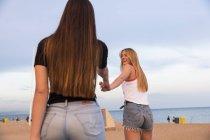 Молоді жінки на пляжі — стокове фото