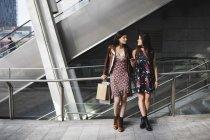 Mulheres com sacos de compras no shopping — Fotografia de Stock