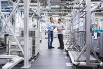 Männer mit Tablette in der Fabrik Zeiterfassung/BDE — Stockfoto