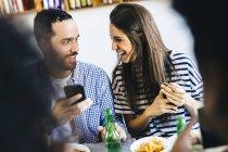 Пара обмен мобильный телефон — стоковое фото
