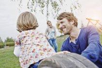 Семья веселится на детской площадке — стоковое фото
