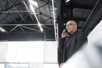 Бизнесмен по мобильному телефону — стоковое фото