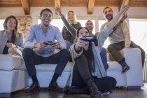 Freunde spielen Computerspiel — Stockfoto