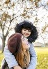 Мать с дочерью в осеннем парке — стоковое фото