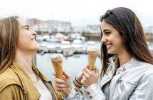 Frauen essen Eiscreme in der Nähe von marina — Stockfoto