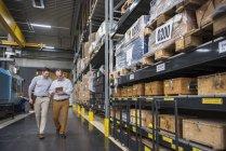 Männer mit Tablet laufen in Fabrik — Stockfoto