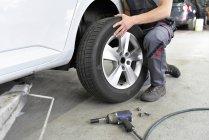 Pneumatico auto cambiano meccanico di auto — Foto stock