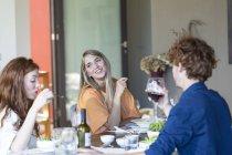 Друзі їжі разом — стокове фото