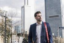 Бізнесмен, ходьба в місті — стокове фото
