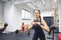 Sportler trainieren im Fitness-Studio — Stockfoto