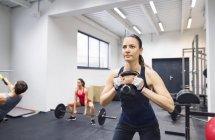 Atletas exercitando na Academia — Fotografia de Stock