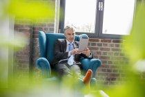 Uomo d'affari seduto in poltrona — Foto stock