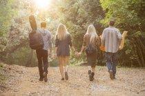 Amis marchant dans la forêt — Photo de stock