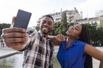 Принимая selfie пара с мобильного телефона — стоковое фото