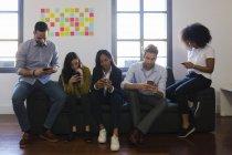 Kollegen mit Mobiltelefonen — Stockfoto